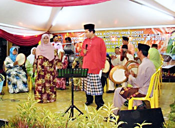 Legendary Malay entertainer Helmi the Gimmick (in red) joins the Komband for Hari Raya Aidilfitri.
