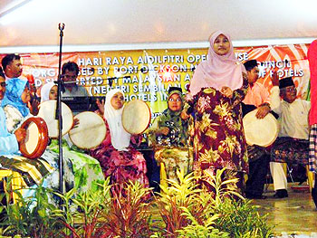 The Komband performs in Pachitan for Hari Raya Aidilfitri. Photos by Gary Singh.