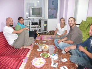 Tour group enjoying dinner with Delhi family through Urban Adventures