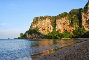 The cliffs at Tonsai Bay.