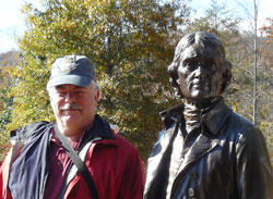 Stephen Hartshorne with a statue of Thomas Jefferson at Monticello