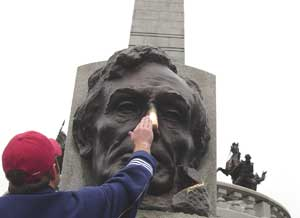 Rubbing the nose on a statue of Abraham Lincoln in Springfield, Illinois