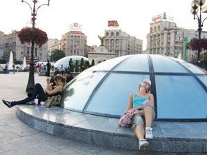 Maidan Nezalezhnosti is tThe place where teenagers hang out and footworn travelers rest.