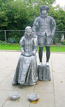 Living statues on the River Walkway.
