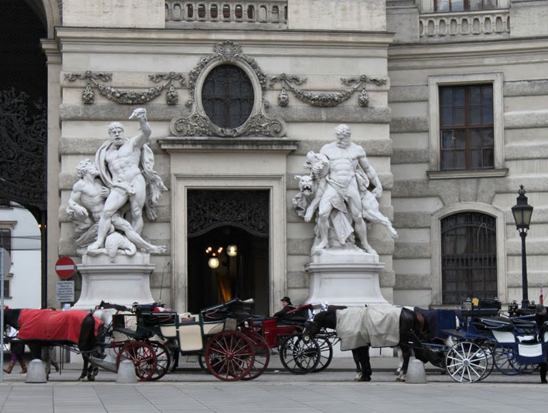 Horse-drawn carriages in front of the Hofburg Imperial Palace in Vienna, Ausstria