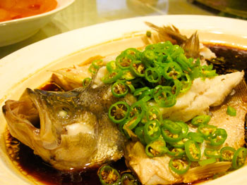 This fish dish is just one of the specialties at Dingshihui in Enshi City.