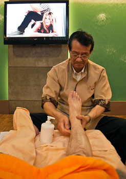 The author gets the full treatment at KinRaku Massage Parlor.