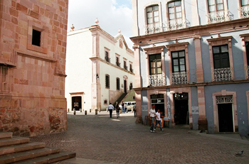 Monumental squares and small alleys lend a pedestrian-friendly atmosphere.