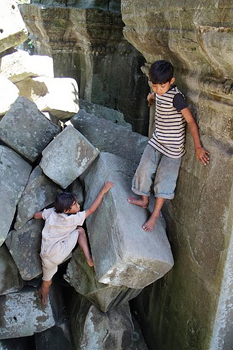 Bang-Maelea Kids climbing on the ruins.