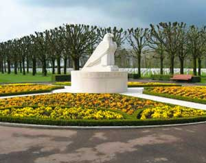 """Sundial sculpture in the American cemetery of Saint-Mihiel in Thiaucourt with the inscription: """"Time will not dim the memories of their deeds."""""""