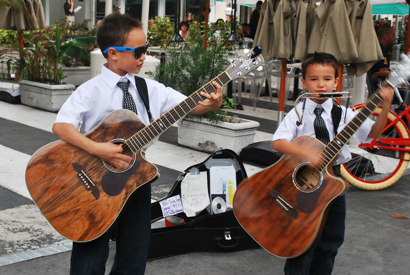 Young performers on Lincoln Road in Miami