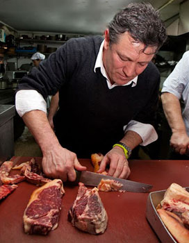 Flavio Morganti chips in to prepare grass-fed beef for the grill at O Dezaseis.