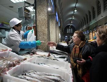 Buying fish at Mercado de Abastos