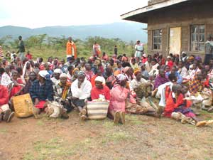Kenyans wait for foot to be distributed - photos courtesy of Global Volunteer Network