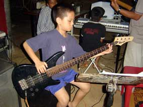 Naoki loves playing bass.