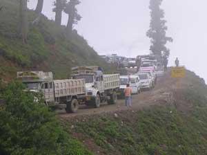 A traffic jam on the road to Leh - photos by Mridula Dwivedi