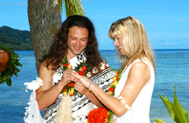 Exhanging rings in Fiji - copyright 2005 Unforgettable Honeymoons
