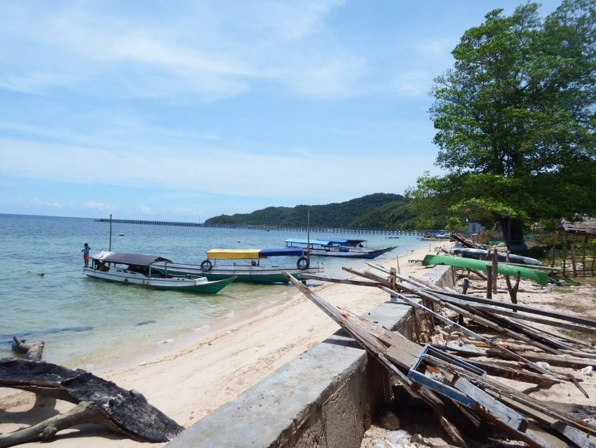 Local village beach where long boats will take you to Rangko Cave