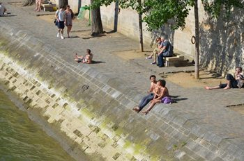 Paris: sunbathing on the banks of the Seine. Connie Westergaard photos.