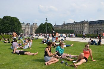 Relaxing in front of Les Tuileries