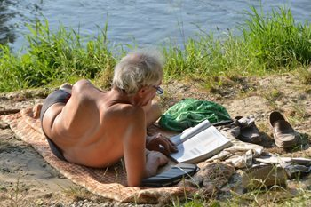 Enjoying the sun on the river Isar in Munich. Sonja Stark photo.