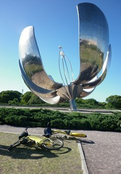Eduardo Catalano's steel flower in United Nations Plaza.