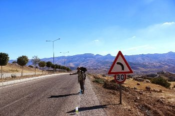 Hitchhiking on the Iraqy border not far from Silopi.