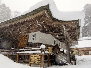 Togakushi, Japan: The sound of drums thrummed through the air from within Chu-sha Shrine.