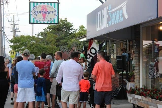 The big line waiting for ice cream cones at Springers.