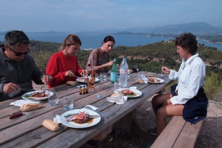 A picnic with a dramatic view on Cap Garonne, hiking the Colle Noir.