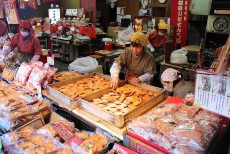 Osenbei vendors in Narita City.