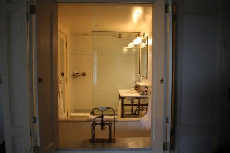 The white-tiled bathrooms are also very elegant.