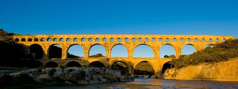 Pont du Gard - Remoulins Visit time : half-day. Exceptional for the quality of its construction and dimensions, the Pont du Gard is a global masterpiece of unique architectural and aesthetic work. Beautifully integrated within its surroundings, the bridge exudes a certain lightness despite its 50,000 tons! Every year, more than one million visitors come to admire its beautiful ocher colors at sunset and its surroundings, both of which have regained their former charm since the redevelopment of the site in 2000. This work of art, a unique part of our global heritage, is one of the few wonders of antiquity that has survived the centuries, allowing generations of today and tomorrow to appreciate its value.