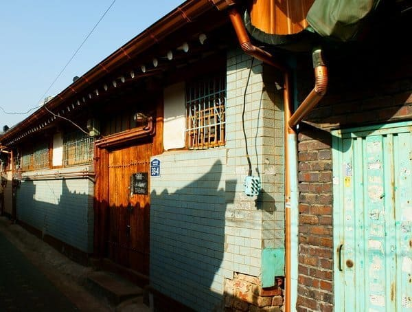 Tiles were an important element of the hanok style in the 1930s.