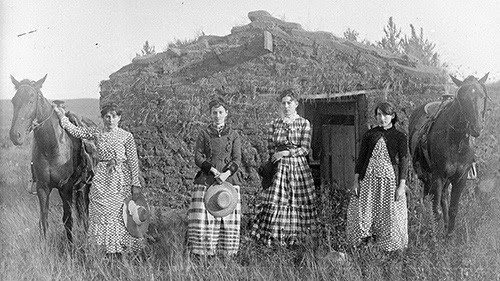 Homemakers homesteading, the Chrisman sisters, photographed by Solomon D. Butcher