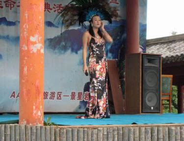 A cross-dressing performer singing for the crowd of Chinese visitors at Jingling Rock.