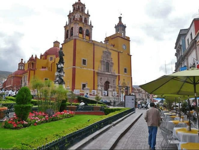 16th-century Basilica of Our Lady of Guanajuato in the city center overlooking the Plaza de la Paz in Guanajuato. Dick Davis photos.