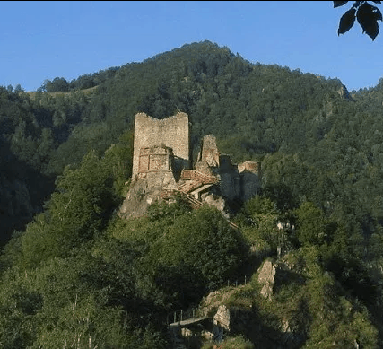Poenari Castle high up on the cliffs of Mount Cetatea.