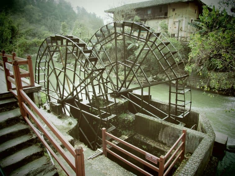 A picturesque waterwheel near the Yucheng Lou in the Hongkeng Tulou Cluster.