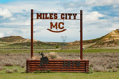 Sitting along the confluence of the Tongue and Yellowstone Rivers, Miles City is surrounded by sagebrush-covered prairie and dotted with a sprinkling of badlands.
