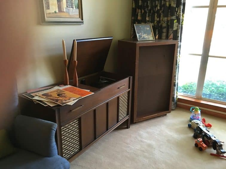 A large wood-encased speaker was owned by Ruth Paine in 1963.