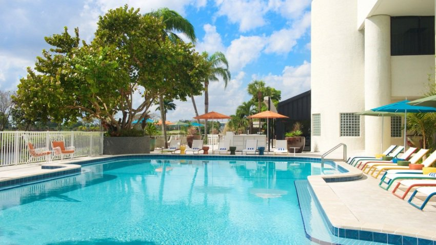The pool located at the Sheraton Miami Airport Hotel that can be enjoyed by day-use renters.