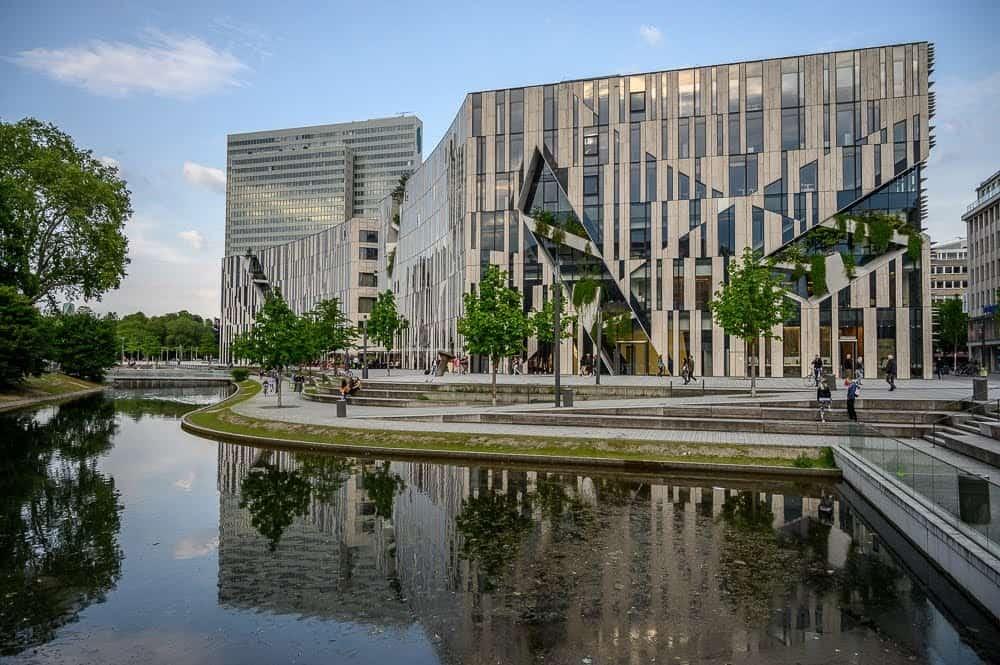 Ko-Bogen is an eye-catching complex along the Königsallee, designed by architect Daniel Libeskind.