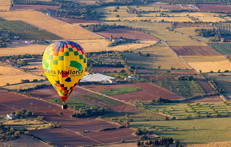 Ballooning over the central plain of Mallorca, Spain. Paul Shoul photos.