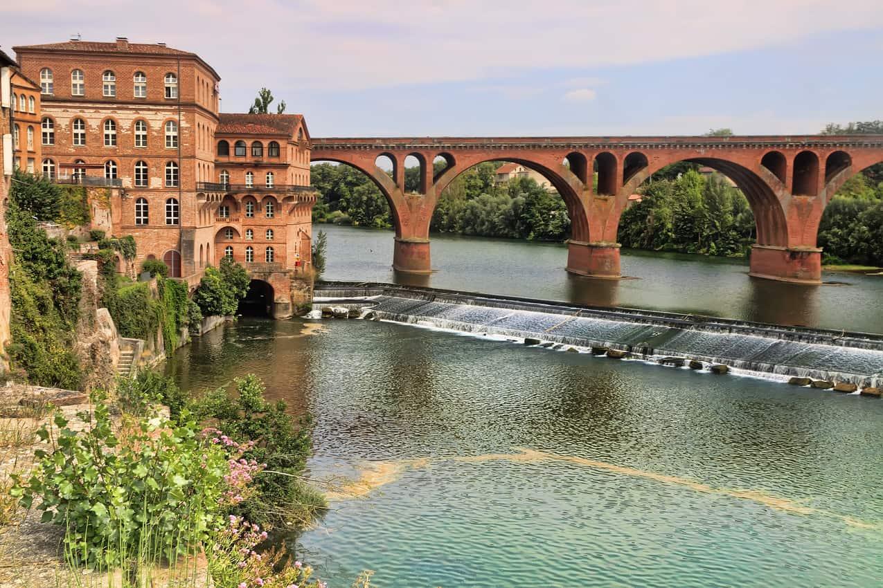 An elegant bridge over the Garonne River in Toulouse.