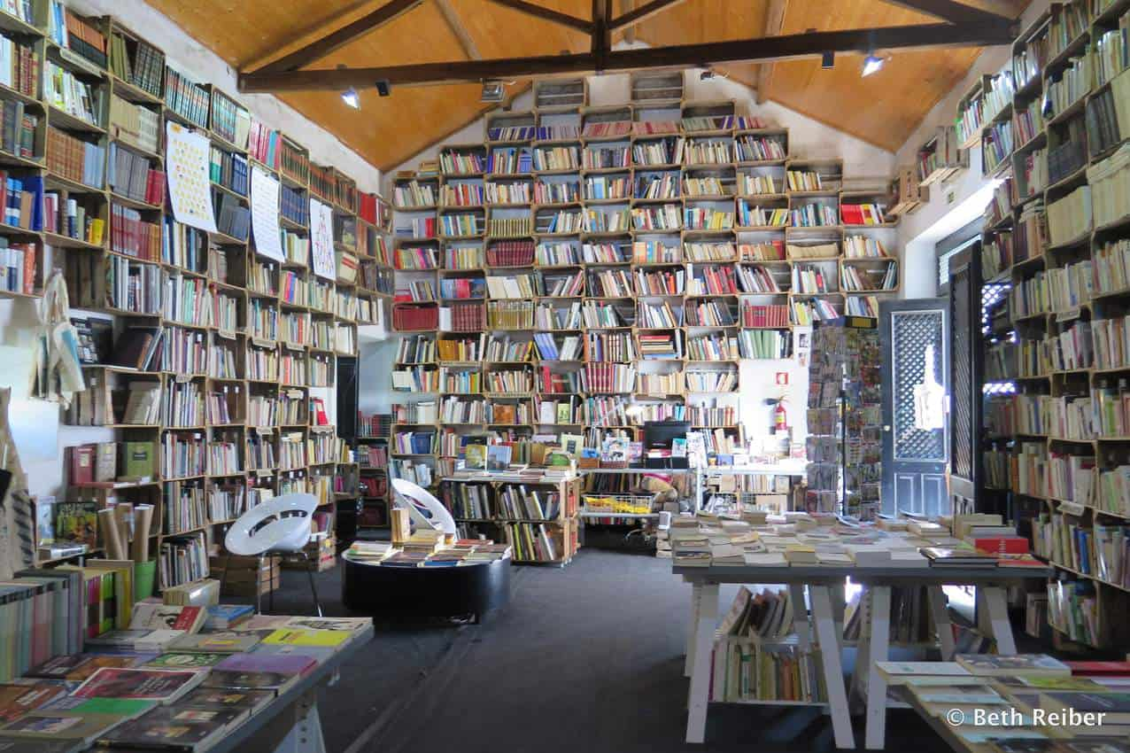 The Organic Market/Bookshop offers both used and new books related to the sciences, education, literature and other genres, as well as organic produce and a standup bar