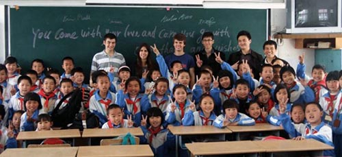 An elementary-school classroom learning English. Photos provided by the Teaching Experience.