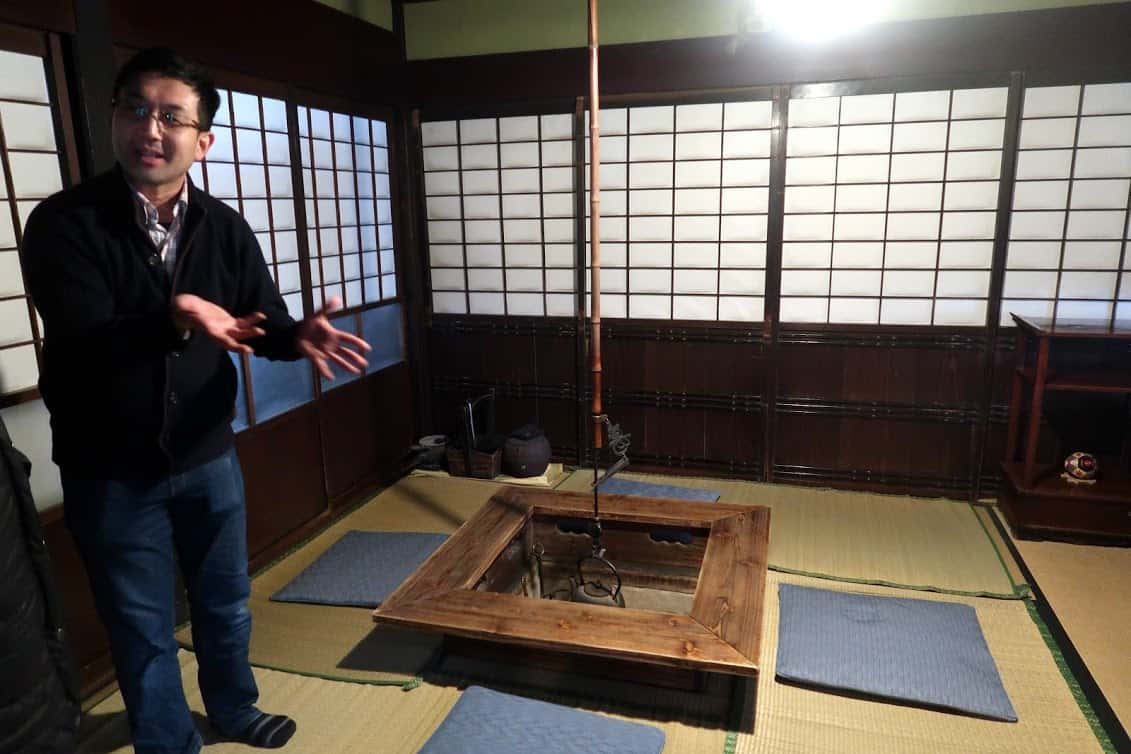 13th-generation Naonobu Ishiguro gives short tours of his ancestral home and describes the lifestyle of his samurai ancestors, who moved to Kakunodate 350 years ago