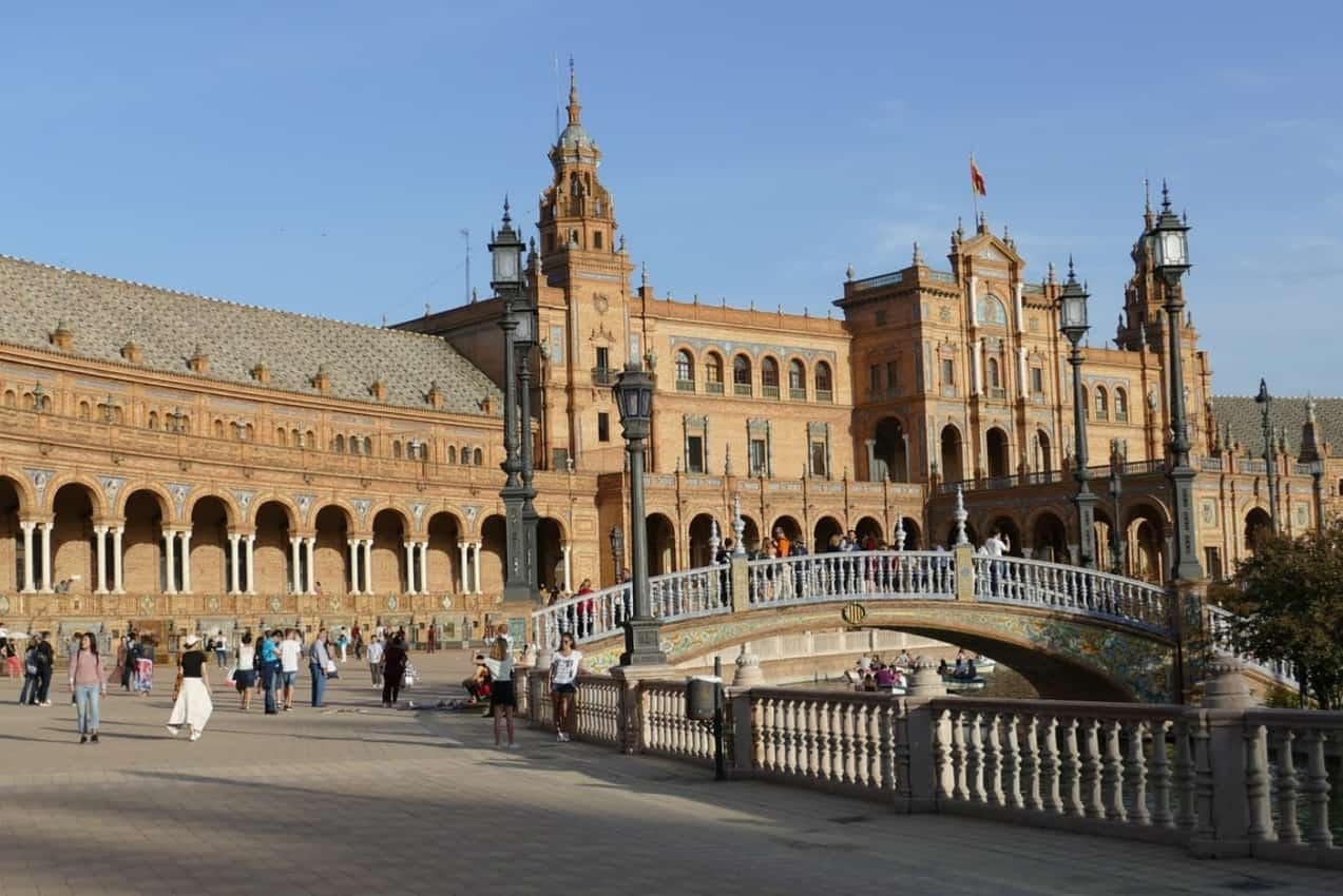 The sun baked Plaza de España, a beautiful square which is idyllic and charming. Here you can marvel at the impressive ornaments, take a ride on the rowing boats and walk through the nearby María Luisa Park.