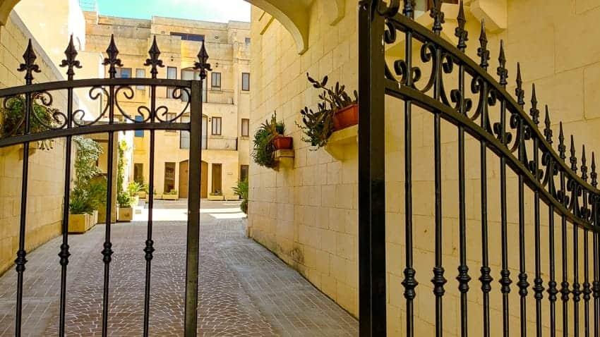 Ghajnsielem Apartment courtyard - Gozo